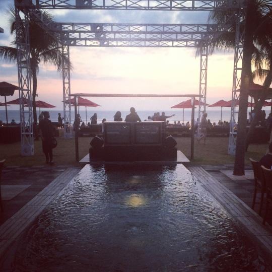 Le beach Club Ku De Ta sur fond de coucher de soleil