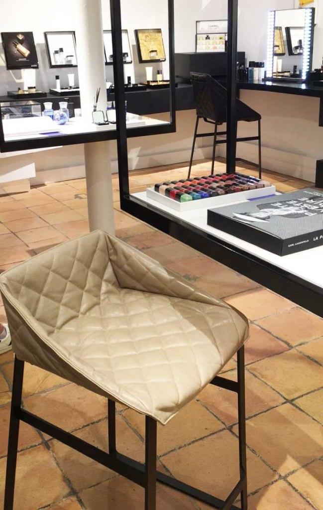 Boutique Chanel Beauté Rue des Francs Bourgeois Paris Marais siège matelassé