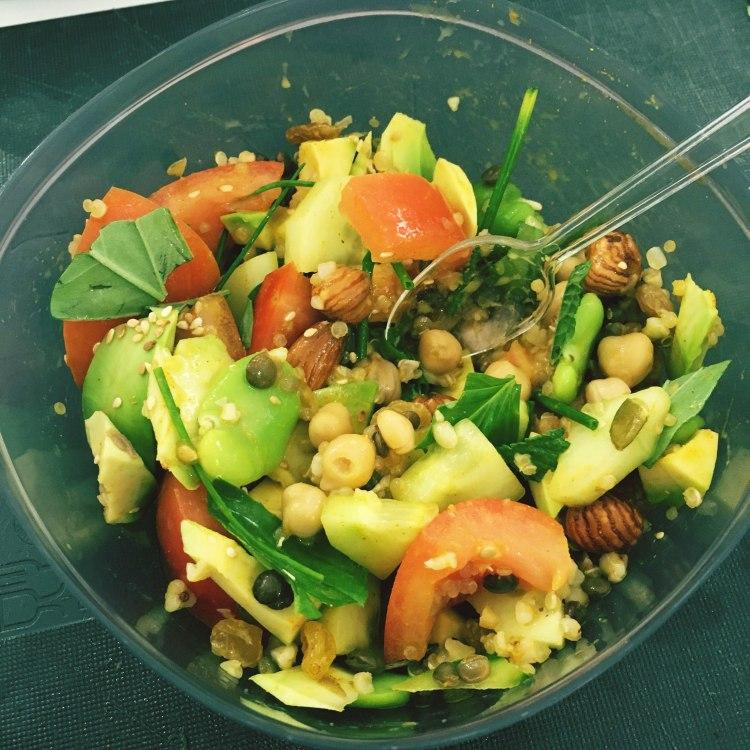 Buddha Bowl sauce lait de coco salade tomates avocat pois chiche et quinoa