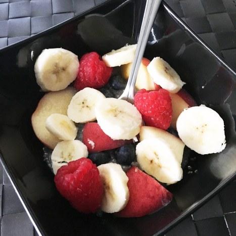 Smoothie Bowl : Graines de chia, bananes, framboises et myrtilles