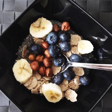 Smoothie Bowl : Graines de chia, bananes, myrtilles, flocons epautre et noisettes